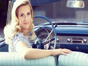 Reese Witherspoon en un coche descapotable