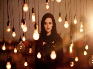 La cantautora Amy Macdonald entre bombillas