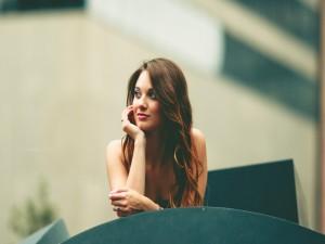 Una chica guapa con el pelo largo