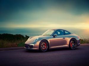 Postal: Un bonito Porsche junto al mar