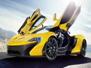 Deportivo amarillo con las puertas abiertas