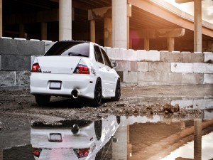 Mitsubishi Lancer Evolution MR reflejado en un charco