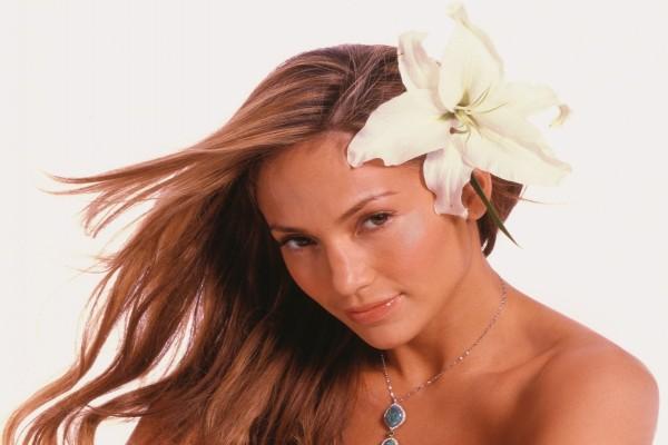 Jennifer Lopez con una flor en el pelo