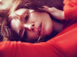 Julianne Moore con un jersey rojo