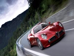 Alfa Romeo 8C Competizione circulando por una carretera