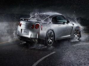Nissan GT-R circulando por una carretera mojada