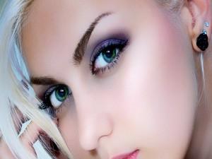 Hermosa mujer rubia con ojos verdes