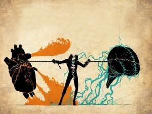Hombre sosteniendo con cadenas su corazón y cerebro