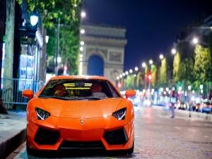 Lamborghini naranja mojado tras la lluvia