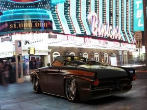 Ford Thunderbird junto a un cine