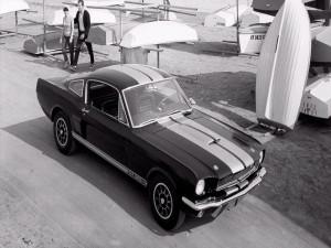 Pareja junto a un Ford Shelby GT350 H