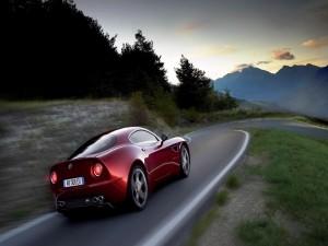 Alfa Romeo 8C Competizione en una carretera con curvas