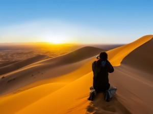 Fotógrafo captando un amanecer en el desierto