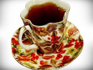 Una taza de té sobre un platillo