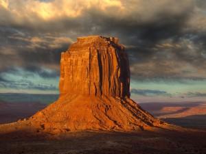 Formación rocosa iluminada por el sol en el Valle de los Monumentos