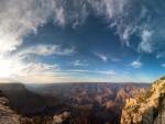 Bonito cielo sobre un cañón