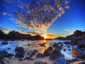 Amanecer en una playa rocosa