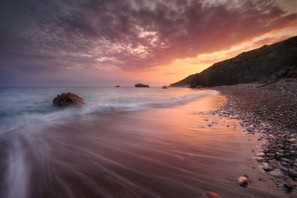 Oleaje suave en una playa pedregosa