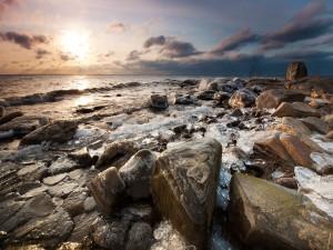 Hielo y agua entre las rocas