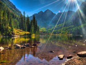 Rayos de sol sobre un lago