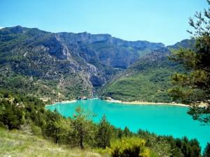 Lago turquesa entre montañas