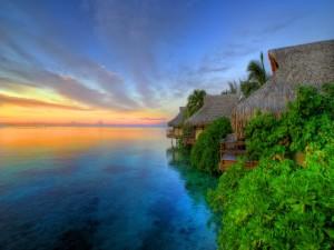Bungalows junto al mar vistos al amanecer