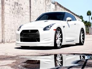 Nissan GT-R reflejado en un charco