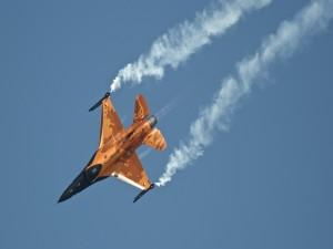 F-16 AM Netherlands dejando un rastro blanco en el cielo