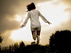 Postal: Una mujer saltando