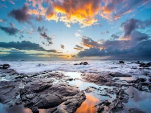Un amanecer nuboso sobre el mar