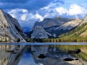 Hermosas montañas junto a un lago