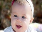 Una bebé con lindos ojos azules