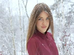 Chica de ojos azules bajo la nieve