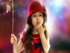 Una bonita niña enviando un beso