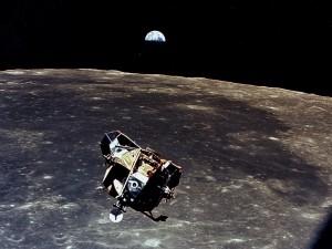 Postal: Apolo 11 orbitando sobre la Luna