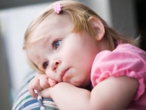 Una pequeña de ojos azules descansando