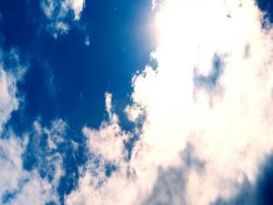 Postal: Nubes en un cielo azul