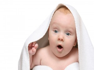 Bebé cubierto con una toalla