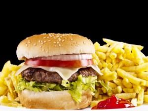 Un montón de patatas fritas acompañando una hamburguesa