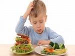 Niño comiendo verduras