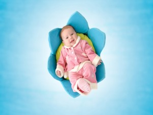 Bebé tumbada en una flor