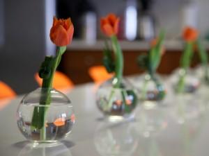 Tulipanes naranjas dentro de pequeños jarrones