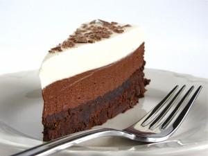 Porción de tarta tres chocolates