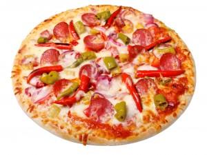 Pizza con guindillas rojas y verdes