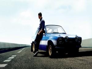 Paul Walker junto a un coche (Rápidos y Furiosos 6)