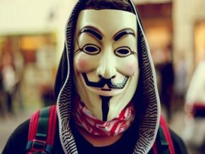 Máscara de Anonymous en la cara de un hombre