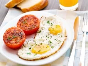 Huevos fritos con un tomate asado