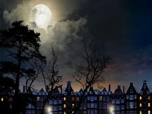 Luna llena sobre unas casas