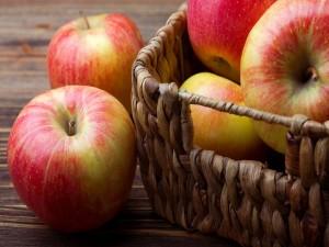 Manzanas maduras en una cesta de mimbre