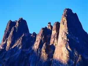Picos rocosos bajo un cielo azul sin nubes